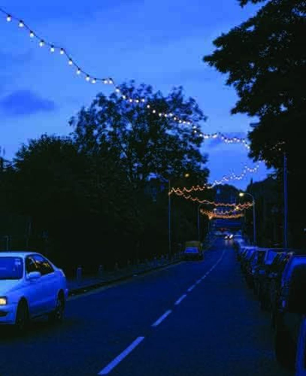 Felix Gonzalez-Torres, Untitled (America), 1994, lightbulbs, waterproof extension cords, waterproof rubber sockets. Installation view, Lymington Road, London, 2000.
