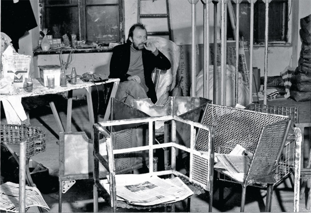 Franz West in his Sandwirtgasse studio, Vienna, 1988. Photo: Archiv Galerie Peter Pakesch, Wien Museum.