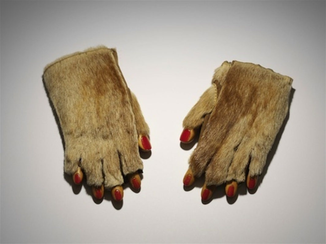 Meret Oppenheim, Pelzhandschuhe, 1936, mixed media, dimensions variable.