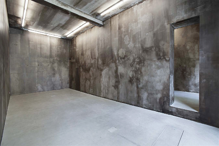Nicola Martini, Sippe, 2013, interior space coated in photosensitive asphalt/bitumen. Installation view.