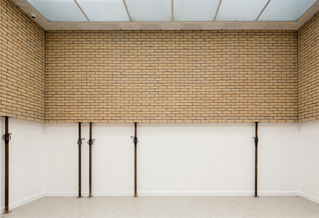 "Leon Vranken, Horizon, 2014, bricks, cement, steel struts, 9' 2 1/2"" × 26' 4"" × 16' 5""."