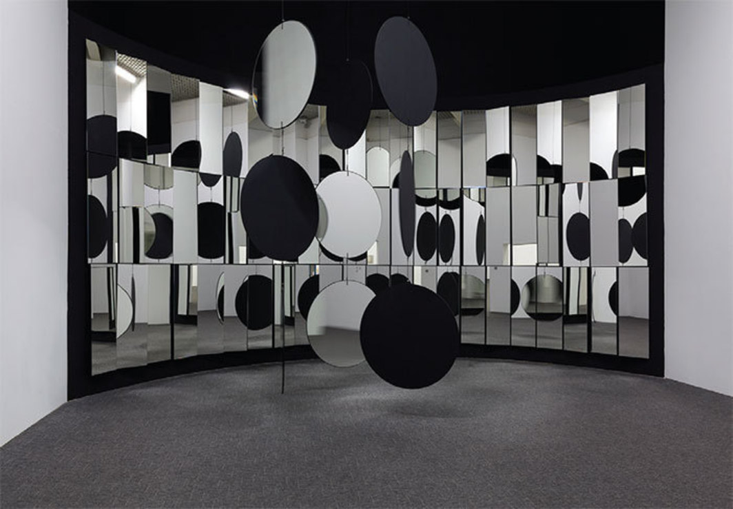 "Christian Megert, Parede espelhada e móbile (Mirrored Wall and Mobile), 1963, mirrors, wood, thread. Installation view. From ""Zero."""