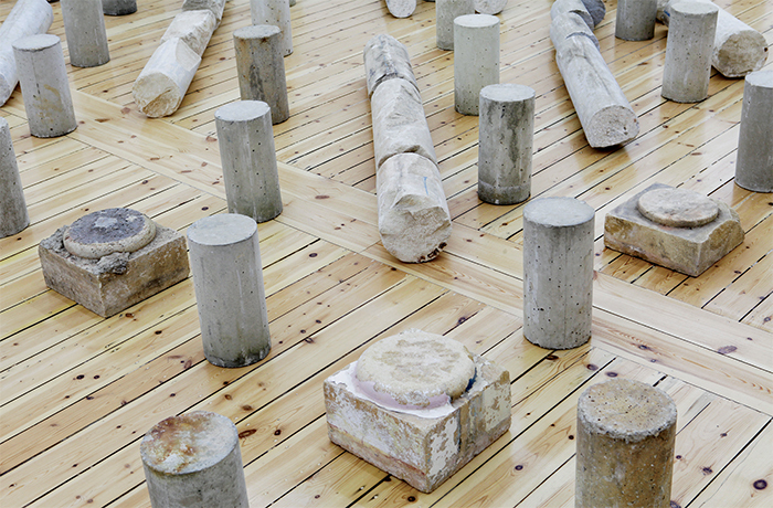 Rayyane Tabet, Colosse aux pieds d'argile (Colossus with Feet of Clay), 2015, sixteen marble and sandstone columns, nineteen marble and sandstone bases, 292 concrete core samples. Installation view, Sfeir-Semler Gallery, Hamburg, 2015.