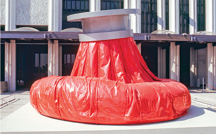 Claes Oldenburg, Giant Ice Bag, 1969–70, polyvinyl, lacquered wood, mechanical and hydraulic components. Installation view, Los Angeles County Museum of Art, 1971. Photo: © Museum Associates/LACMA.