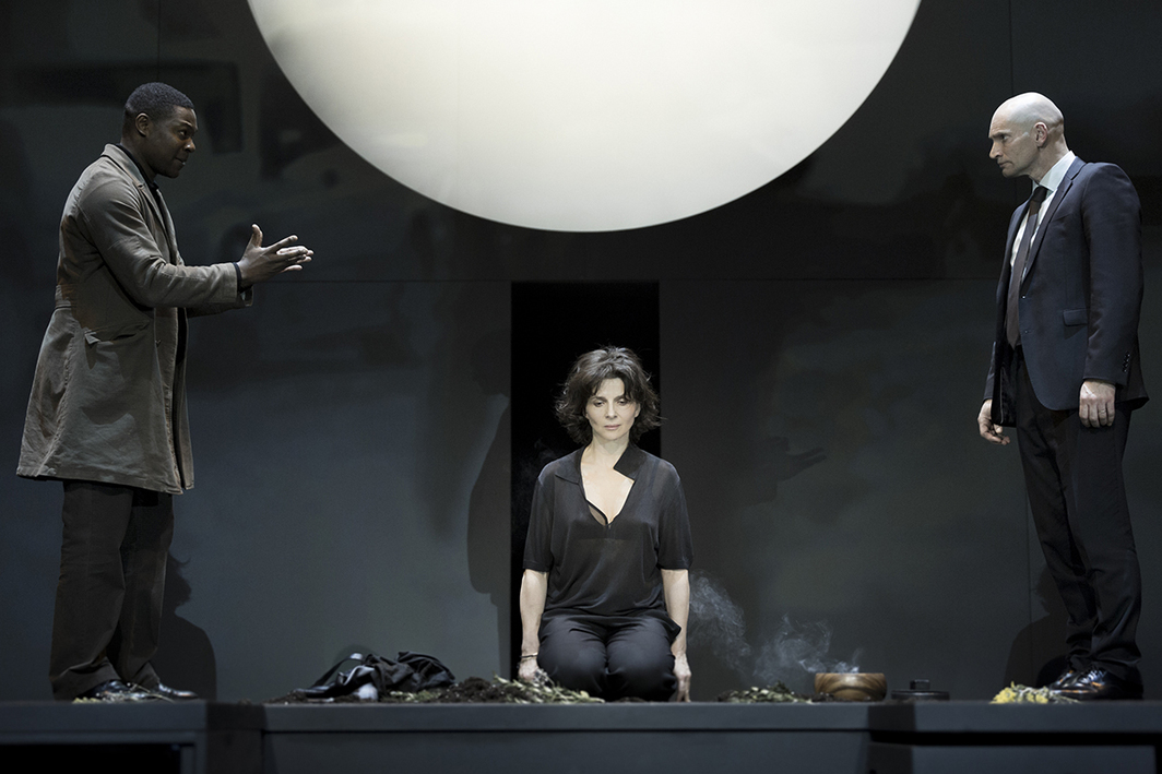 Sophokles, Antigone, 2015. Directed by Ivo van Hove with a new translation by Anne Carson. Center: Antigone (Juliette Binoche). Photo: Jan Versweyveld.