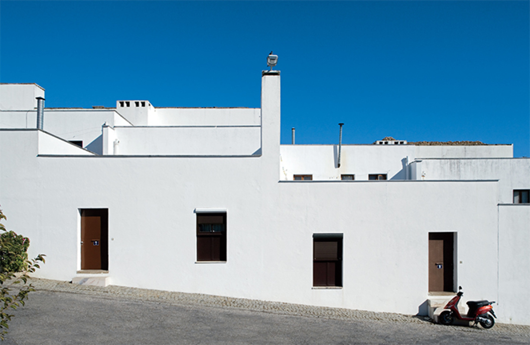 Álvaro Siza, Quinta da Malagueira (Malagueira Residential District), 1997, Évora, Portugal. Photo: Leonardo Finotti.