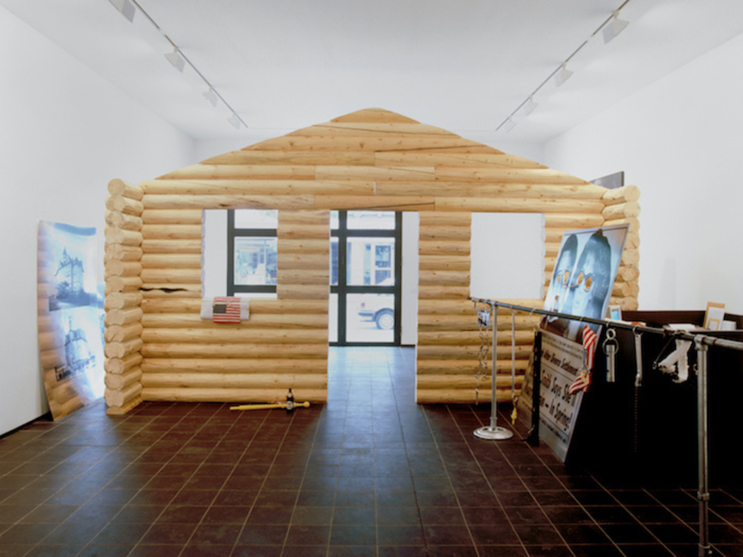 Cady Noland, Log Cabin, 1990, installation view, Galerie Max Hetzler, Cologne, 1990. Courtesy Galerie Max Hetzler, Berlin I Paris.