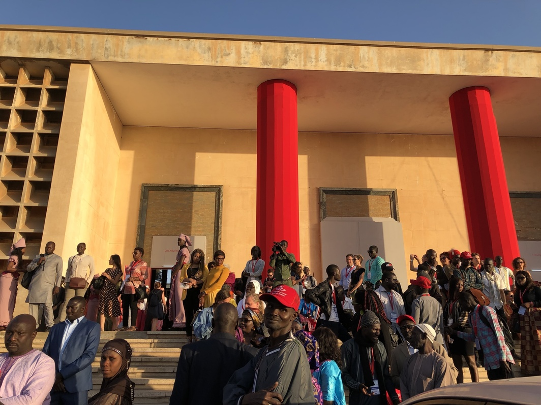 Crowd outside the Ancien Palais de Justice during Dak'Art. Photo: Oumy Diaw.