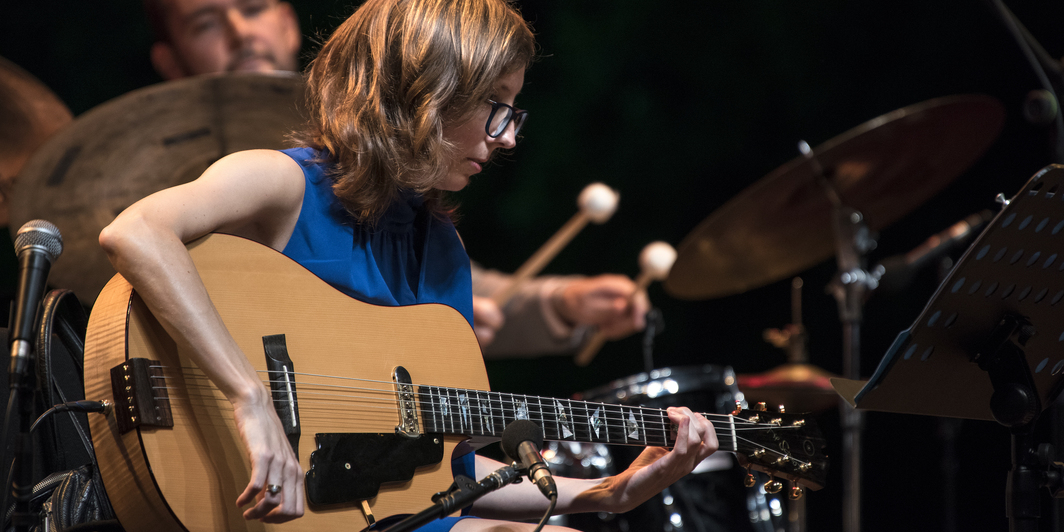 Mary Halvorson. Performance view. Photo: Gulbenkian Música/Petra Cvelbar.