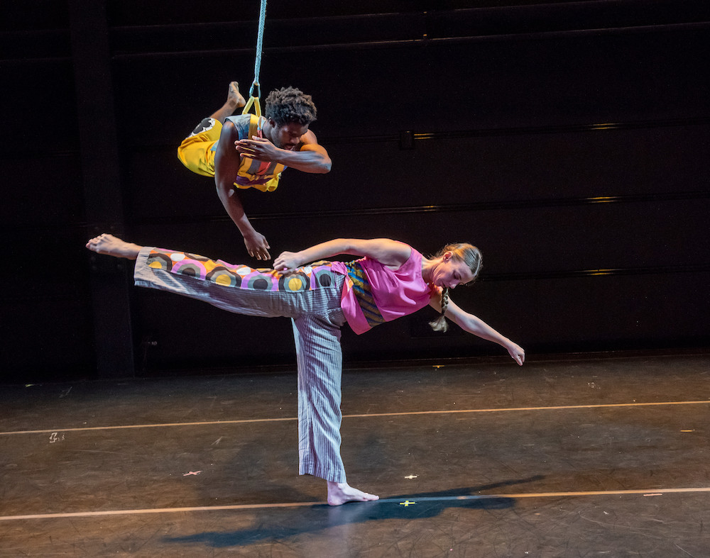 Trisha Brown Dance Company, Working Title. Performance view, BAM, Brooklyn, 2018. Oluwadamilare Ayorinde and Amanda Kmett'Pendry. Photo: Stephanie Berger.