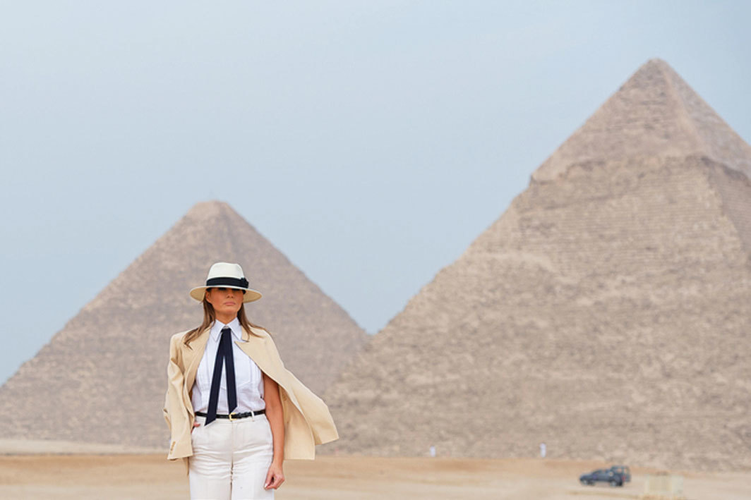 Melania Trump, Giza pyramid complex, Egypt, October 6, 2018. Photo: Hoo-Me/SMG/Alamy.