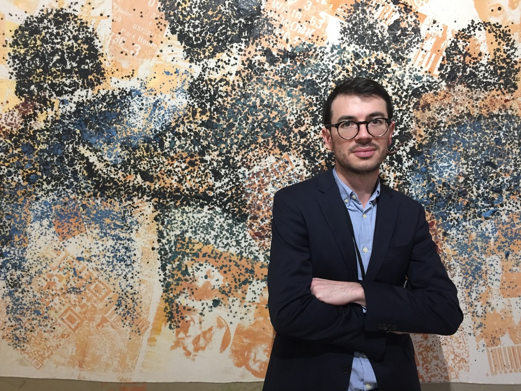 Galerie Cécile Fakhoury's Francis Coraboeuf in front of a painting by Yéanzi.