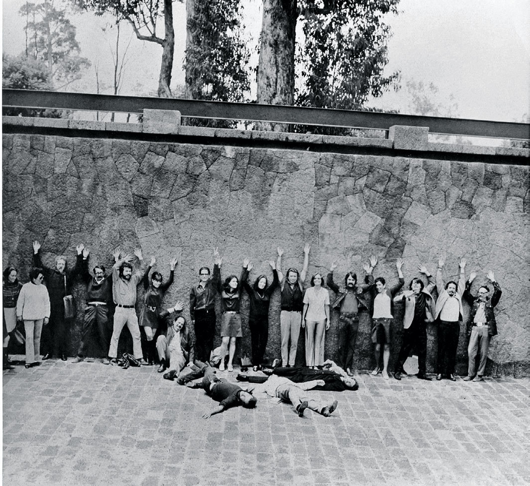 Participants in the second Salón Independiente on the esplanade of the Museo Nacional de Antropología, Mexico City, Summer 1969. Photo: Salón Independiente, Centro de Documentación Arkheia.