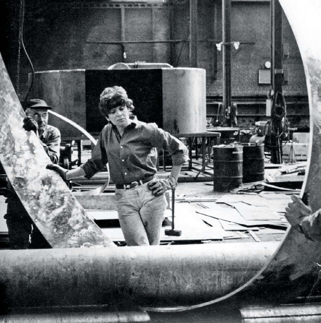 Beverly Pepper at an Italian foundry, ca. 1960s.