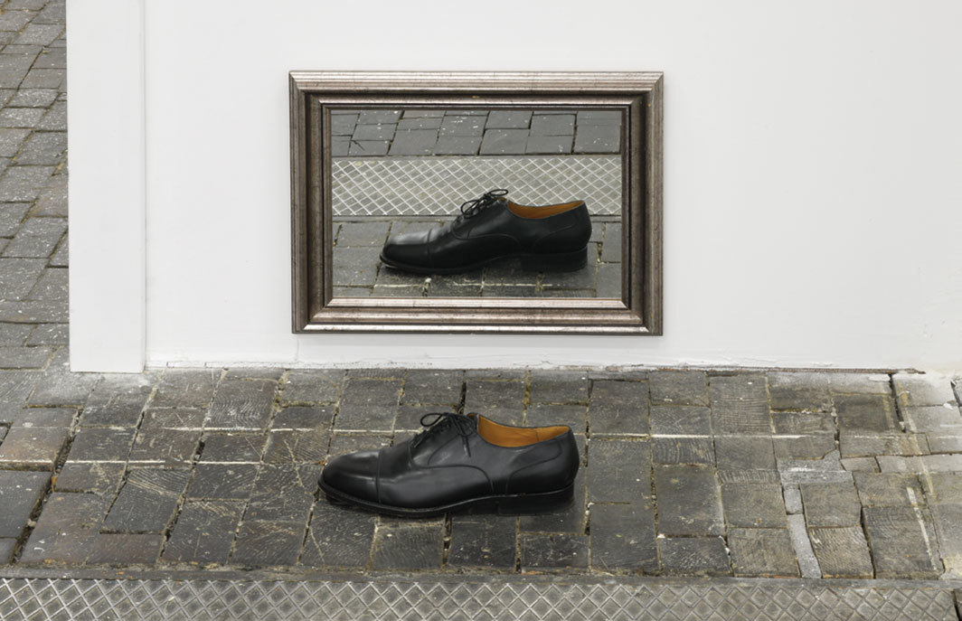 Hreinn Friðfinnsson, Pair, 2004–2005, shoe, mirror with frame, dimensions variable.