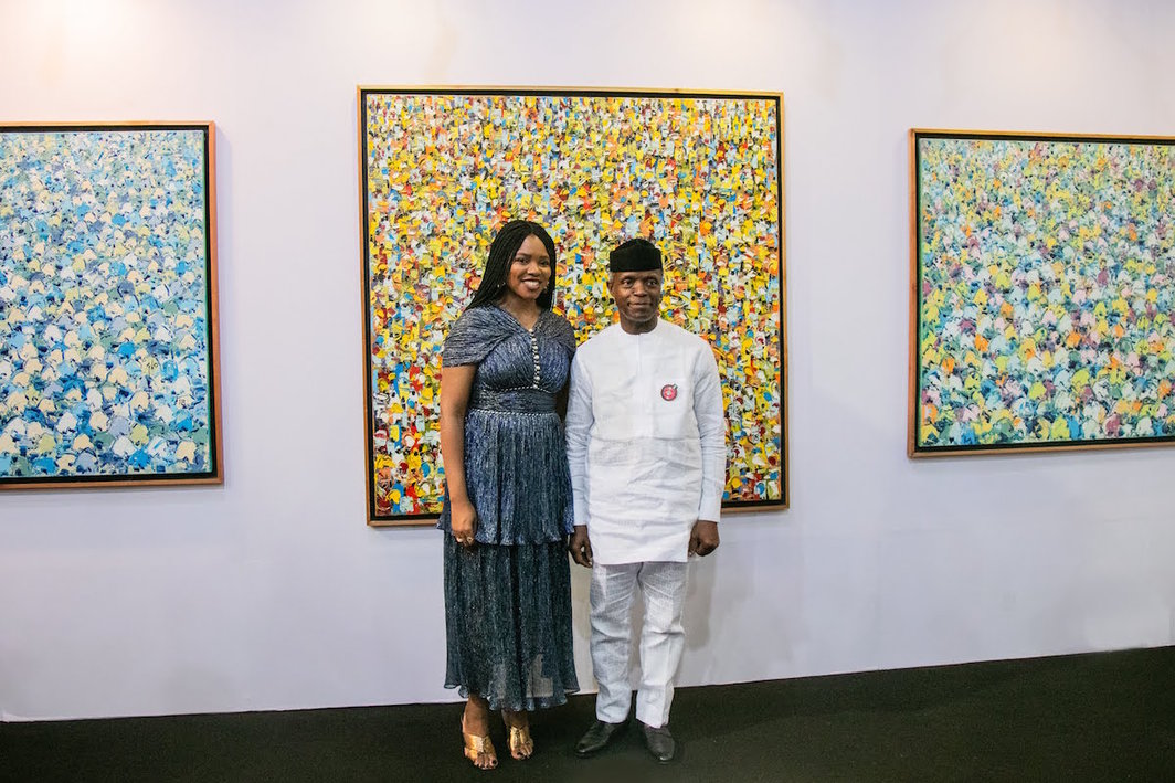 Fair founder Tokini Peterside with Nigerian Vice President Yemi Osinbajo in front of paintings by Ablade Glover at the Gallery 1957 booth.