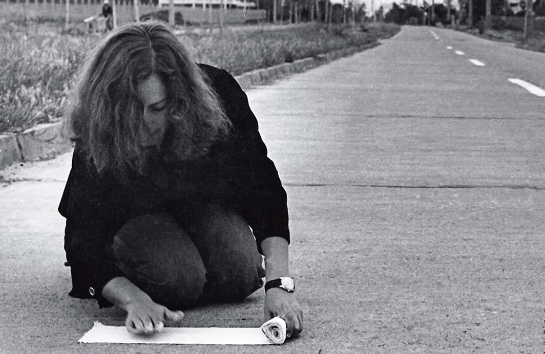 Lotty Rosenfeld, Una milla de cruces sobre el pavimento (A Mile of Crosses on the Pavement), 1979–80. Performance view, Santiago, Chile, 1979. Lotty Rosenfeld.