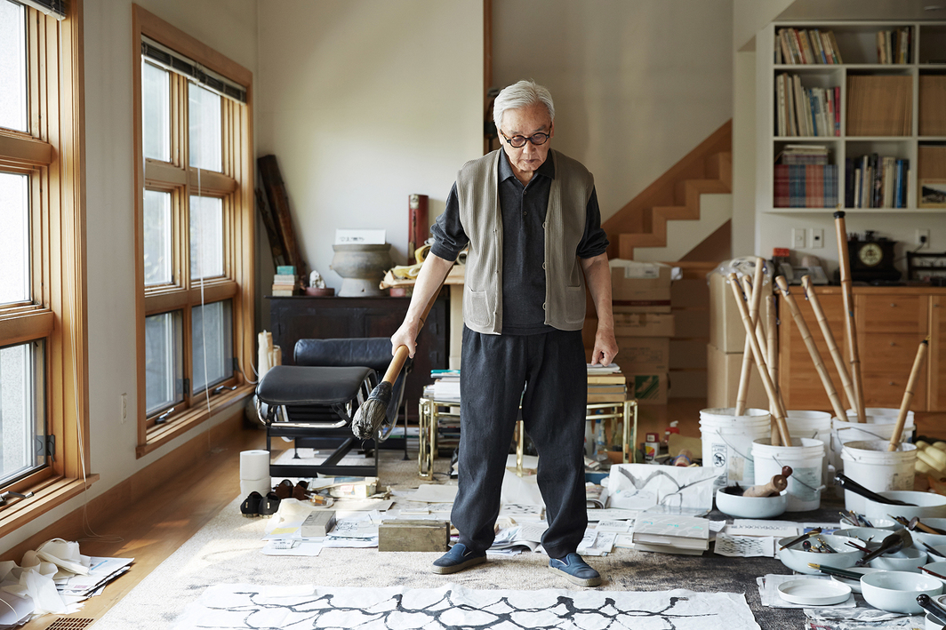 Suh Se-ok in his studio. Photo: Joe Yeun Lee. Courtesy Lehmann Maupin.