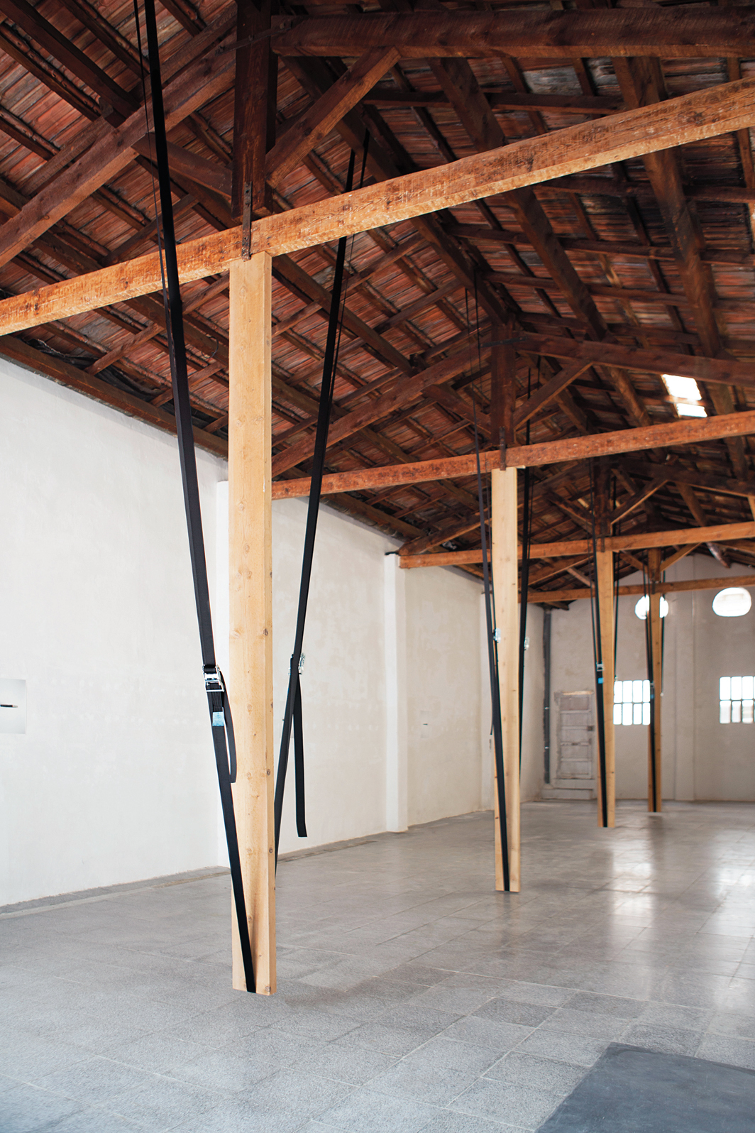 Eulàlia Rovira, Esmorteir l'esmorteït (Deaden the Deadened), 2020, wooden beams, nylon ratchet straps. Installation view.