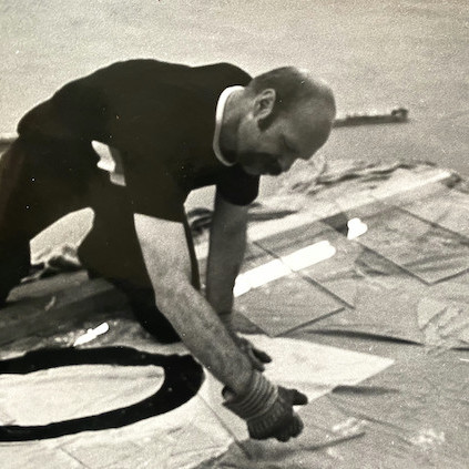 Barry Le Va installing a glass sculpture at Documenta, 1972. Photo: David Nolan Gallery.