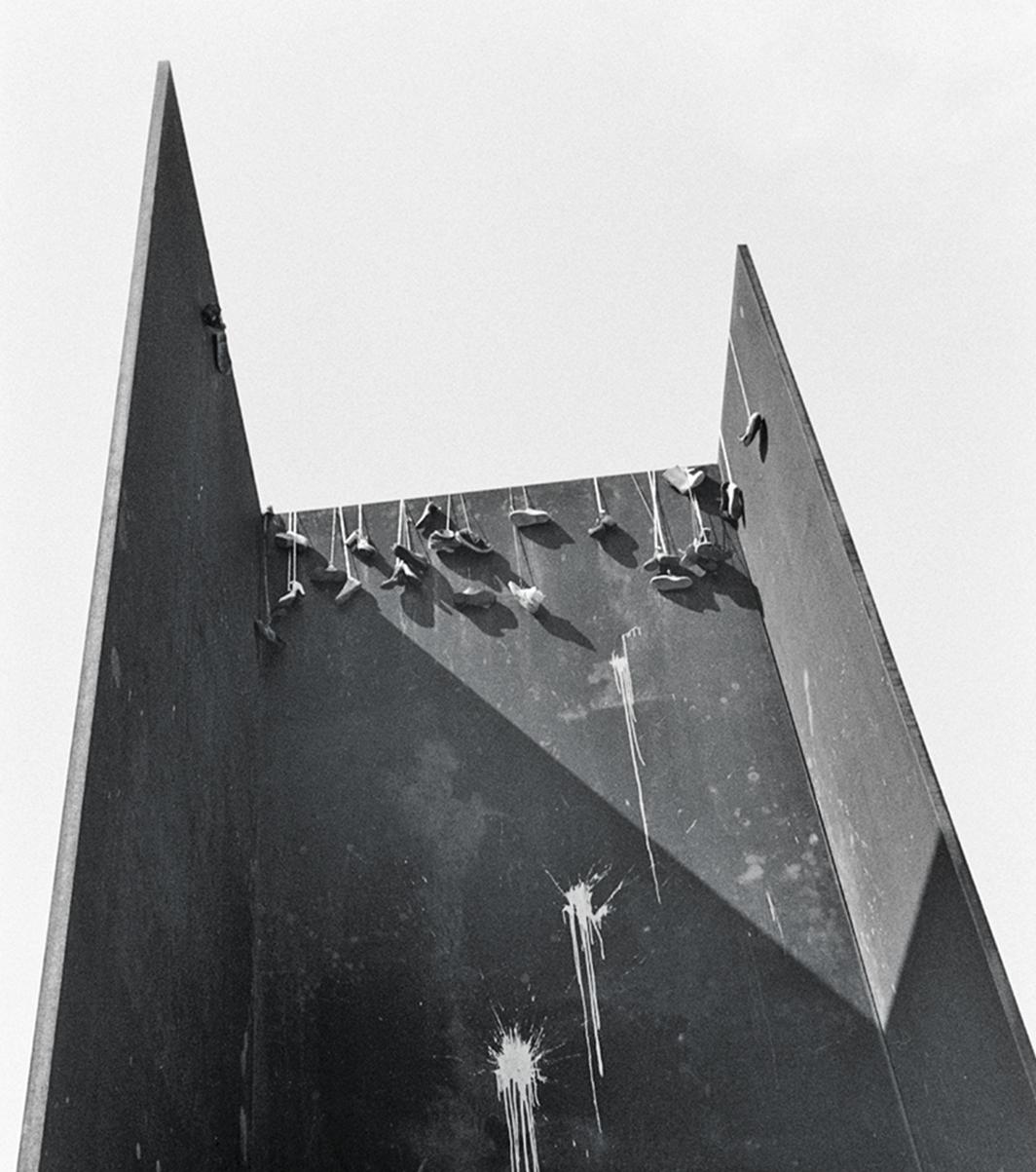 David Hammons, Shoe Tree, 1981, twenty-five pairs of sneakers, Richard Serra's T.W.U., 1980. Installation view, New York. Photo: Dawoud Bey.