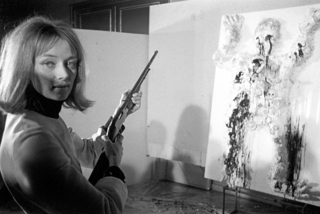 Niki de Saint Phalle shooting at her 1963 work Drôle de mort or Gambrinus (Strange Death or Gambrinus), Galerie Becker, Munich, February 8, 1963. Photo: Picture Alliance/Bridgeman Images.