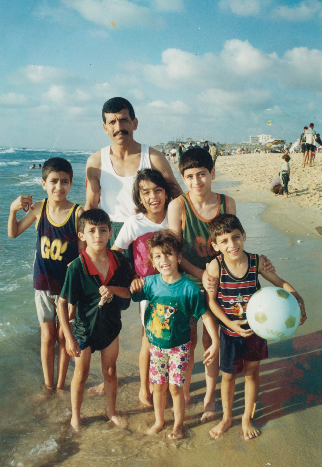 Salím Ázar with family, Gaza beach, 1999. From the Palestinian Museum Digital Archive.