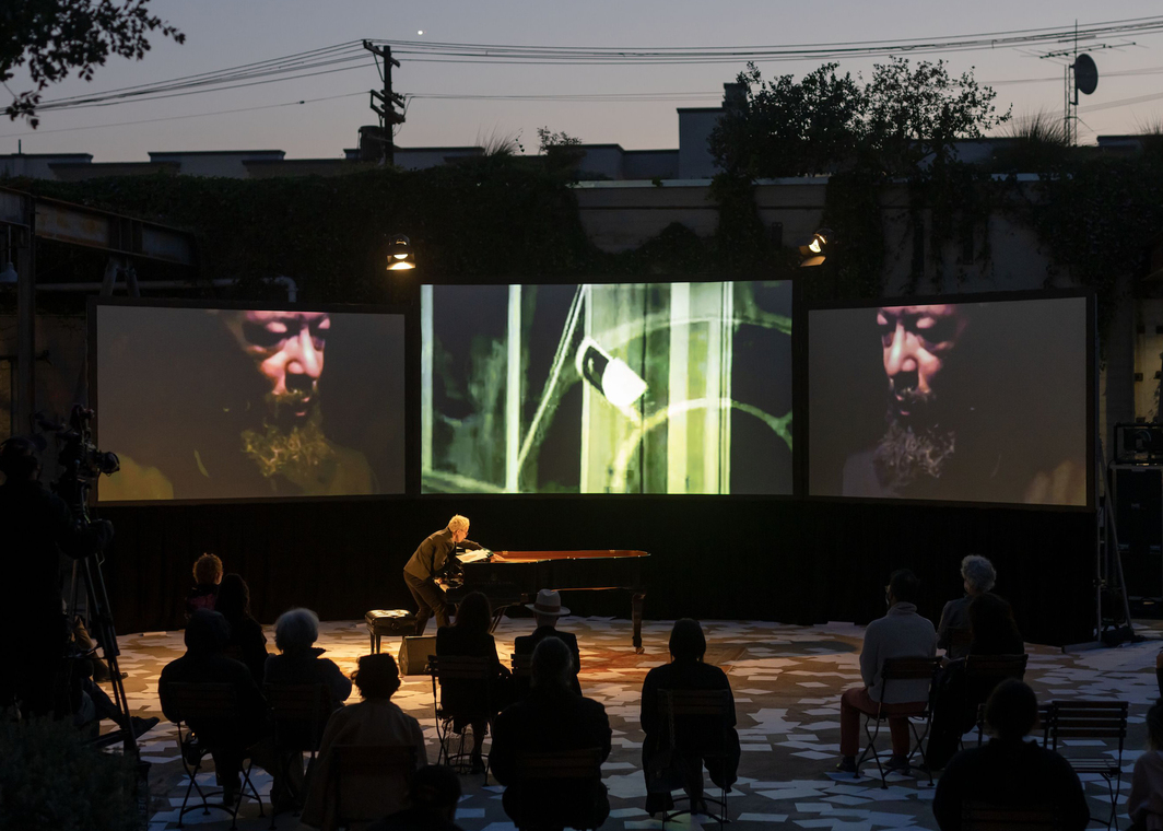 David Hammons, Global Fax Festival, 2021. A new performance dedicated to Butch Morris in collaboration with Monday Evening Concerts and pianist Myra Melford, Hauser & Wirth Los Angeles, May 10 2021. Photo: courtesy the artist and Hauser & Wirth, Elon Schoenholz Photography © 2021.