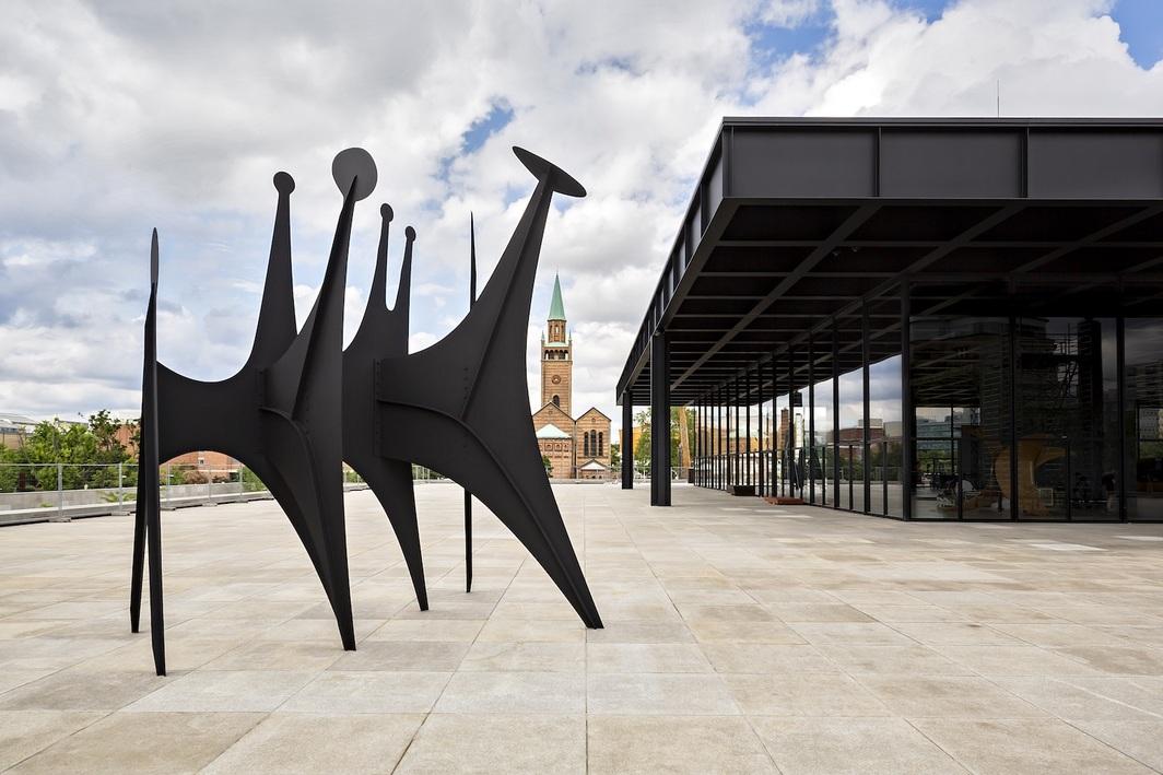 Alexander Calder, Têtes et queue, 1965, sheet metal, bolts, paint, 216 1/2 x 185 x 130